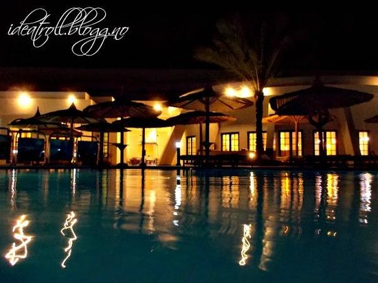 Hilton Hurghada Long Beach Resort: Hotel and pool area at night
