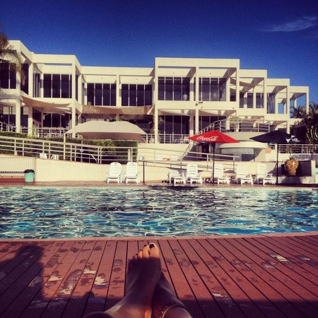 Opal Cove Resort: Relaxing by the pool