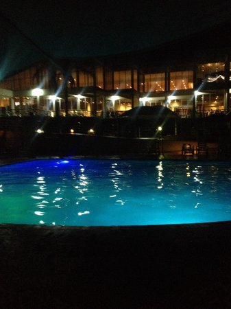Opal Cove Resort: Pool at night