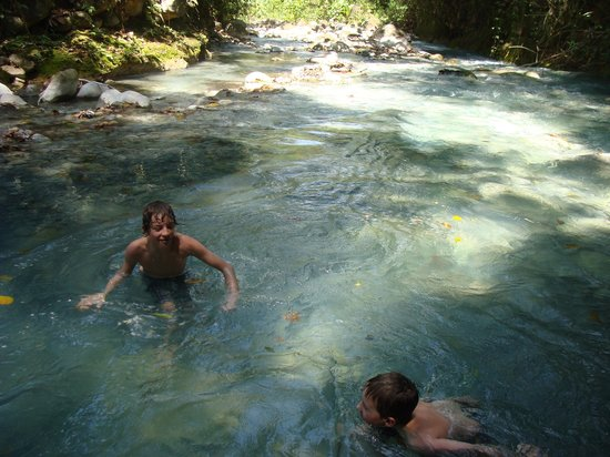 Blue River Resort & Hot Springs: blue river for a cool swim