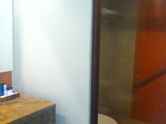 Occidental Grand Cartagena Resort : Sink, toilet, shower with sliding glass door at Occidental, Cartagena, Colombia