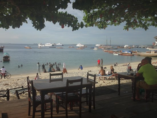 Tembo House  Hotel & Apartments : Looking over the beach from back of hotel