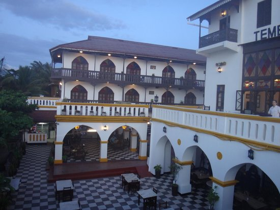 Tembo House  Hotel & Apartments: Beachside view of hotel
