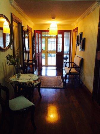 Cream Gables Bed & Breakfast: Hallway