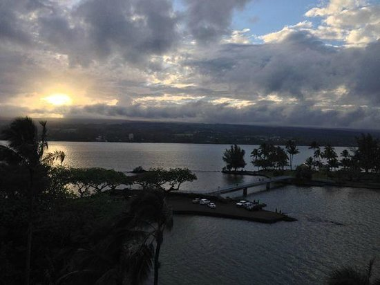 Castle Hilo Hawaiian Hotel : view from our ocean view room