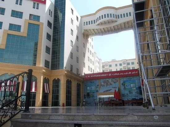 City Seasons Hotel Muscat: Outside hotel (on right) is a supermarket, access through the coffee shop
