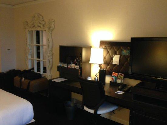Kimpton Solamar Hotel : Desk area in room