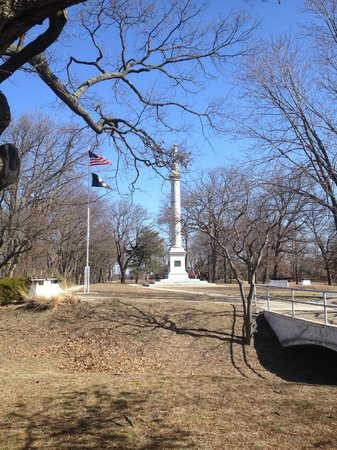 Red Bank Battlefield Park : Monument on the Red Bank Battlefield grounds