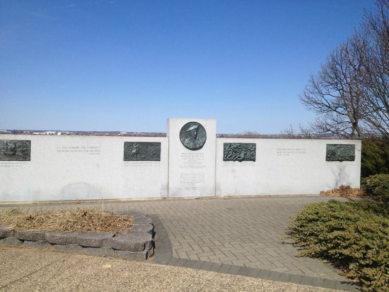 Red Bank Battlefield Park : Monument on the grounds