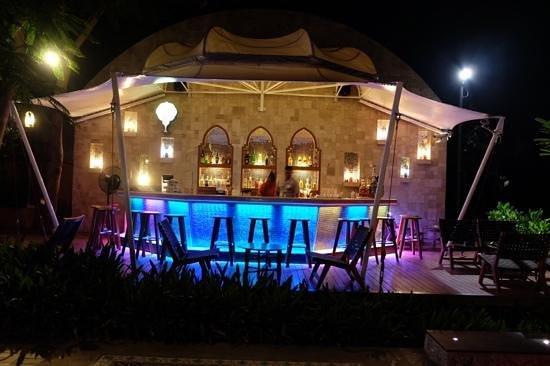 Marrakesh Hua Hin Resort & Spa: beach bar at night