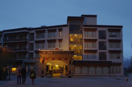 The Grand Dragon Ladakh : отель вечером