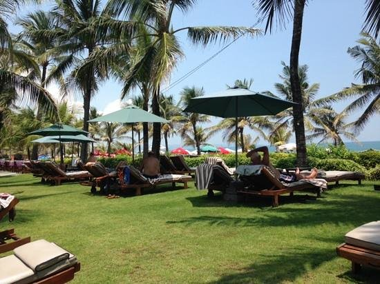 Bali Mandira Beach Resort & Spa: Lounges looking out to the beach
