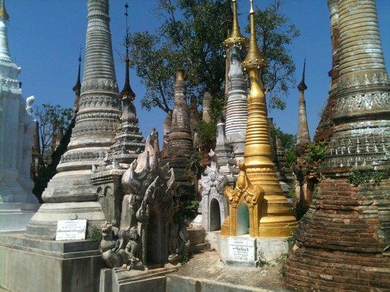 Dorf Indein: Old n New Stupas
