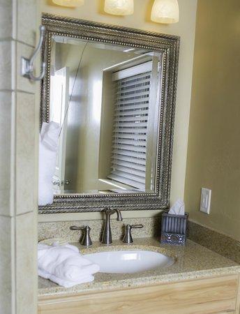 Primrose Inn and Suites: Casita Full Suite bathroom vanity area