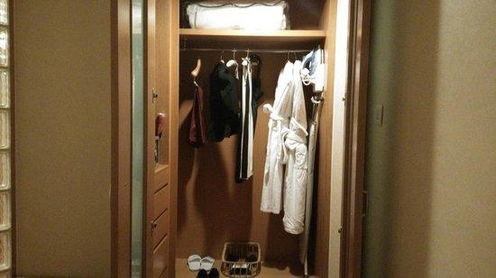 Shangri-La Hotel, Singapore : wardrobe
