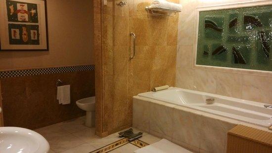 Shangri-La Hotel, Singapore : bath