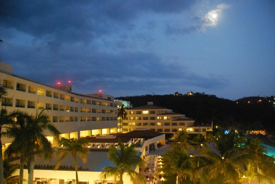 Dreams Huatulco Resort & Spa: Night view from our room