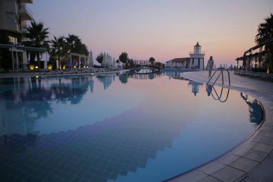 Sealight Resort Hotel: Вечером у бассеина