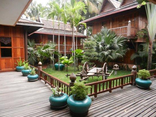 Angkor Village Hotel: gardens between rooms