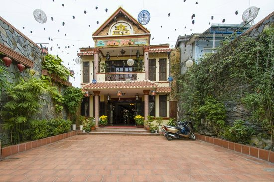 Nhi Nhi Hotel : View from the street