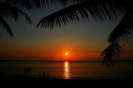 Blue Ocean Garden Beach Resort: Sonnenuntergang