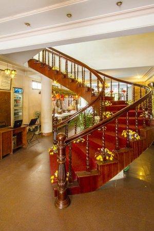Nhi Nhi Hotel: The Lobby looking towards the restaurant & pool
