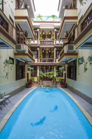 Nhi Nhi Hotel: View from the ground floor