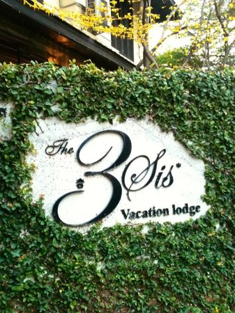The 3 Sis: a lovely hotel sign at the entrance.