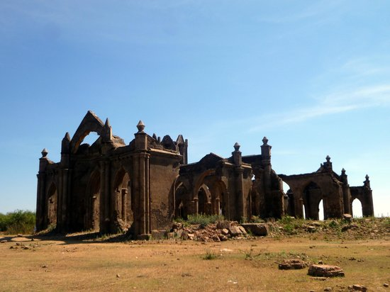 Hassan, Ấn Độ: View of Shettihalli Ruins in Summer