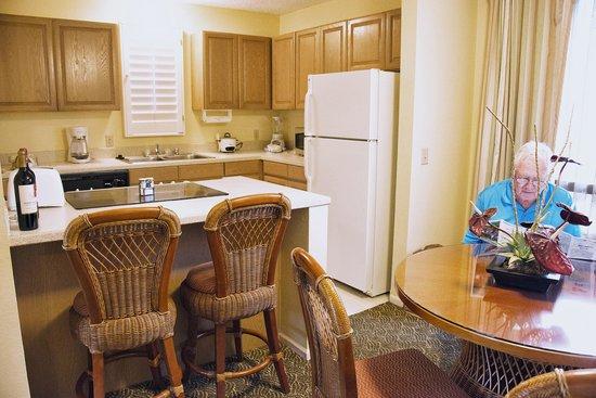 Pono Kai Resort: DINING ROOM TO KITCHEN