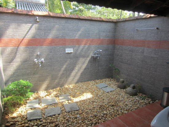 Gramam Homestay : lovely outside shower room