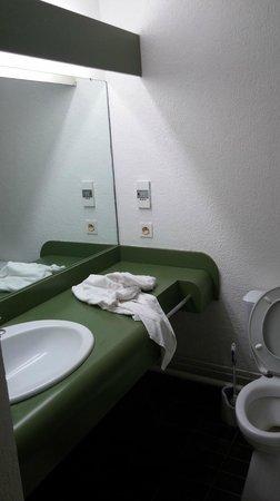 Tontoutel Hotel: Salle de bain