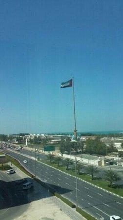 Holiday Inn Express Dubai Jumeirah : По этой дорожке на пляж 15 мин не быстрым шагом