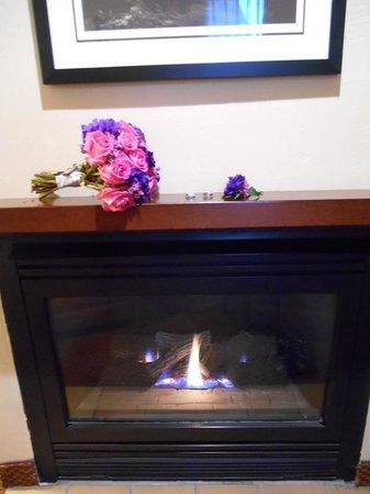 Best Western Plus Inn of Sedona : Fireplace in our room -- Honeymoon!