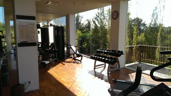 Anantara Uluwatu Bali Resort : Gym exposed to morning sun without shades.