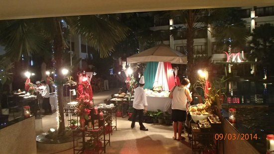 Deevana Plaza Phuket Patong: Dinner by the pool every night