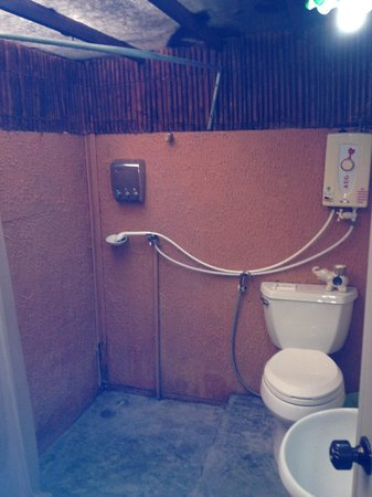 B52 Beach Resort: Looked nice until you find out the toilet seat is not bolted to the unit.