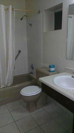 GuestHouse Aberdeen Inn: Bathroom