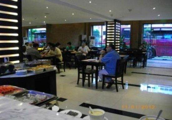 Lux Riverside Hotel & Apartments: Dining/breakfast buffet