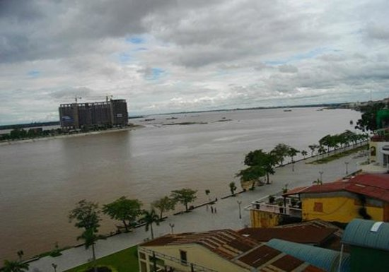 Lux Riverside Hotel & Apartments: A great view out over the Tonle Sap