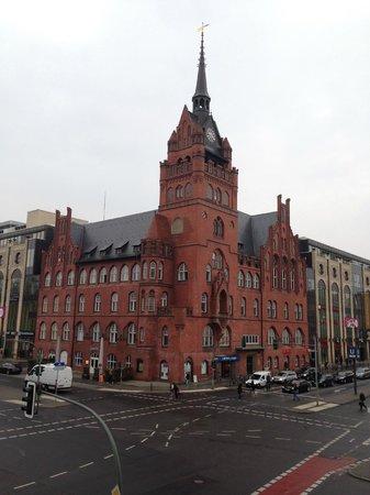 Hotel Steglitz International : Facing Schlossstrasse (Ubahn - Rathaus Steglitz)