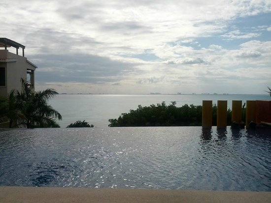 Casa de Los Sueños : Терраса с бассейном и видом на Канкун