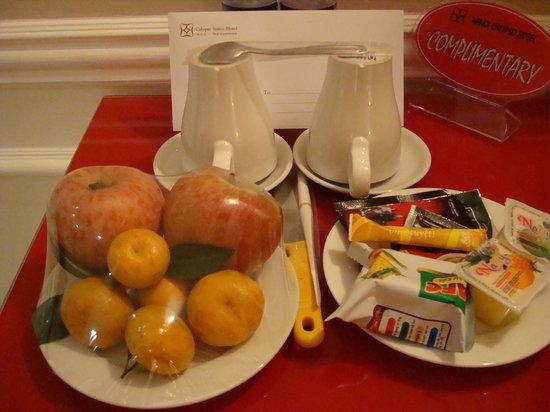 Calypso Suites Hotel: Welcome amenities in the room