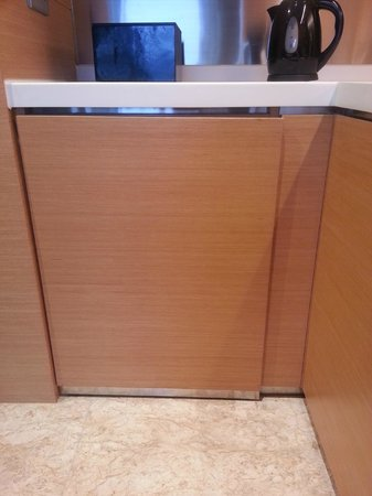 Hyatt Regency Hong Kong Sha Tin : Loose door not fixed