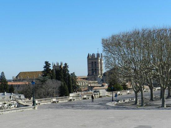 Porte du Peyrou : veduta con una torre della cattedrale