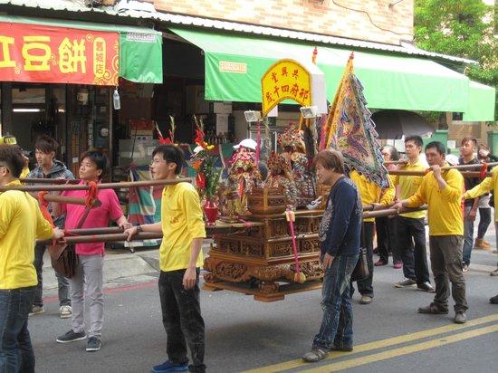 Qiming Tang : palanquin et divinité portée