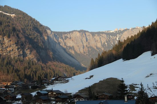 Chalet Hotel La Chaumiere: Avoriaz in the distance