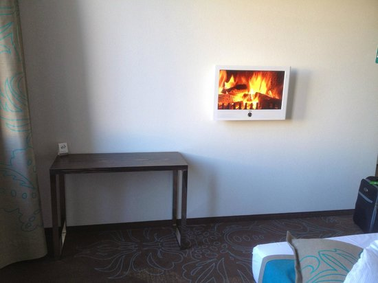 Motel One Essen : A fireplace video complete with the crackling sound of burning wood