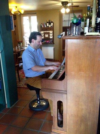 Hotel Chapeau Noir : Der Wirt, der eigentlich Musiker ist und sich abends ans Klavier setzt...