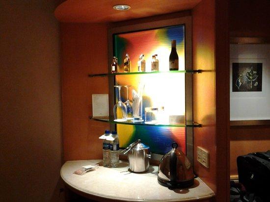 Makati Shangri-La Manila: art bar